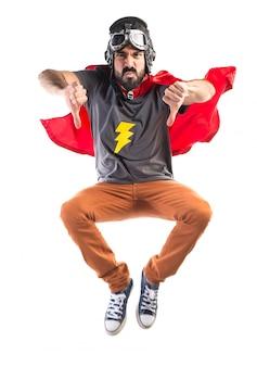 Super-herói fazendo sinal ruim