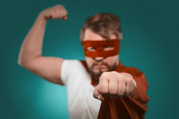 Super herói mostra músculos e socos câmera.