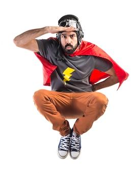 Super-herói mostrando algo