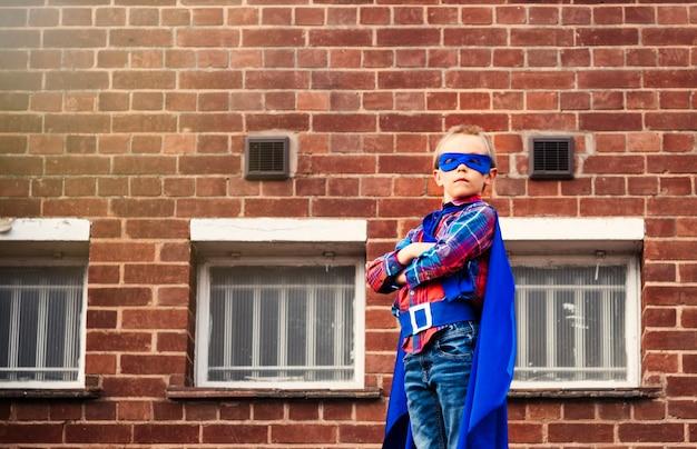 Super-herói, pequeno, menino, imaginação, liberdade, felicidade, conceito