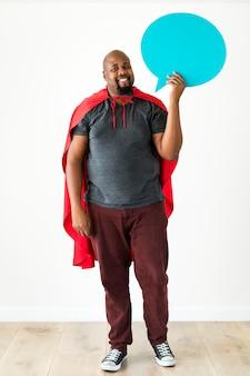 Super-herói segurando balão isolado no fundo branco