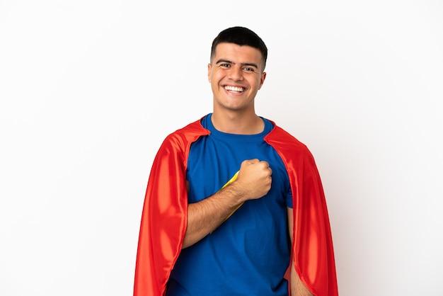 Super-herói sobre fundo branco isolado comemorando vitória