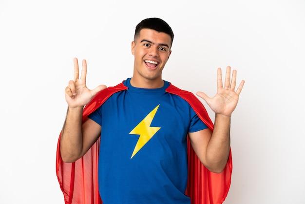 Super-herói sobre fundo branco isolado contando oito com os dedos