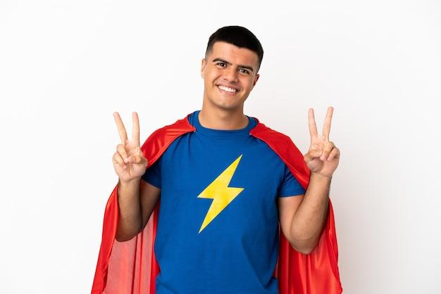 Super-herói sobre fundo branco isolado mostrando sinal de vitória com as duas mãos
