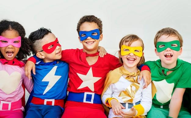 Super-heróis alegres crianças expressando o conceito de positividade