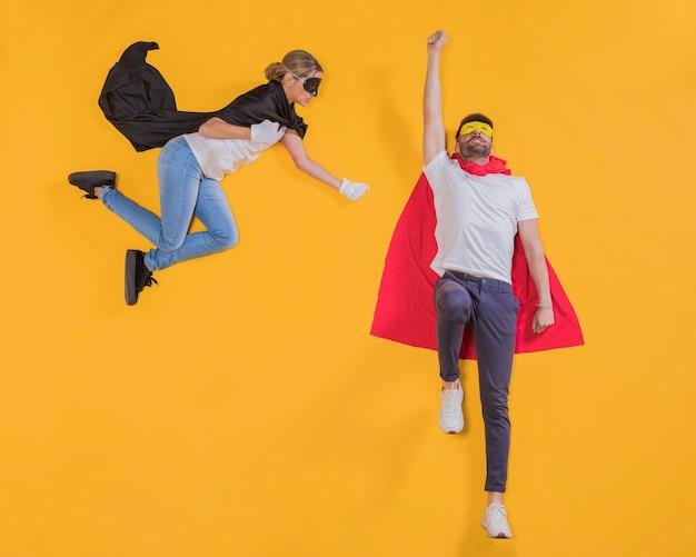 Super-heróis voando pelo céu