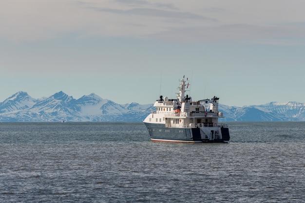 Super iate de luxo no mar do ártico, perto de longyearbyen, arquipélago de svalbard