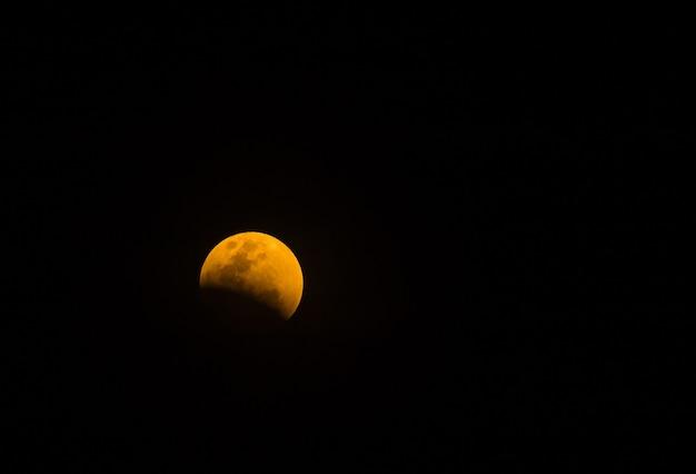 Super lua cheia no céu noturno