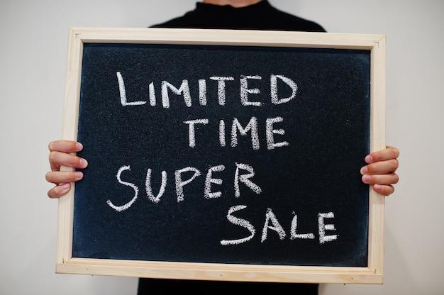 Super venda por tempo limitado escrita no quadro-negro