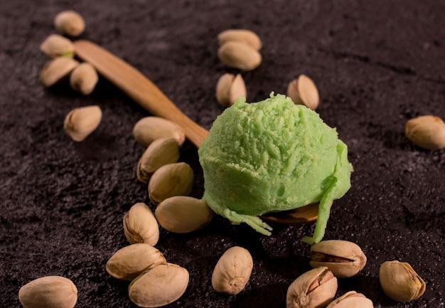Superalimento pistache sorvete na placa de madeira rústica