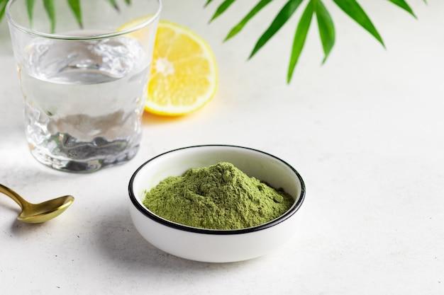 Superalimento verde em pó para fazer bebida energética saudável