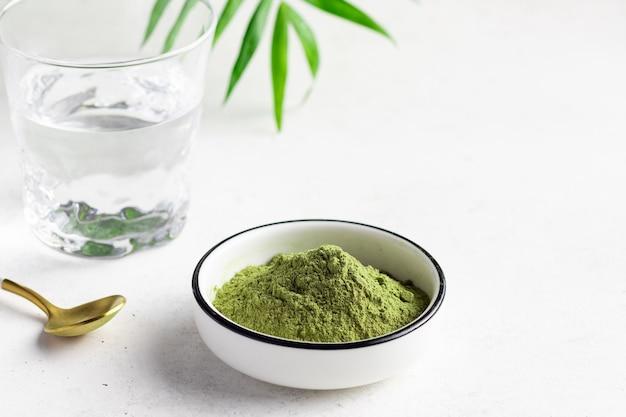 Superalimento verde em pó para fazer bebidas energéticas. fitoterapia