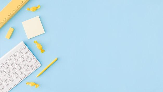 Superfície azul com ferramentas de estudo