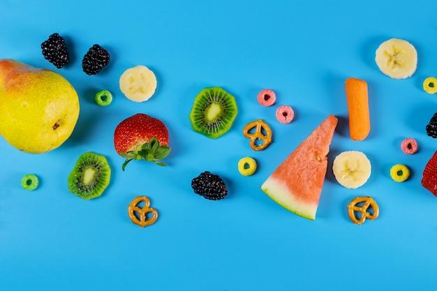 Superfície azul com frutas e legumes