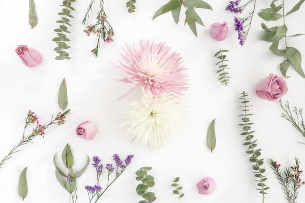 Superfície branca com variedade de flores