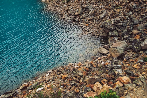 Superfície brilhante do lago de montanha azul.