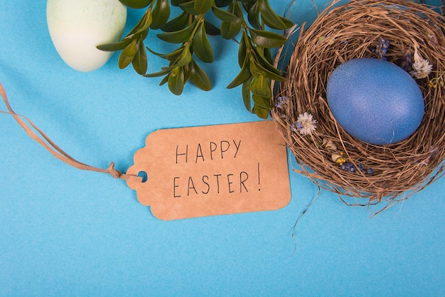 Superfície colorida com ovos de páscoa em azul. pode ser usado como pôster, superfície, cartão de férias