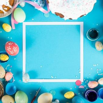 Superfície colorida com ovos de páscoa na superfície azul