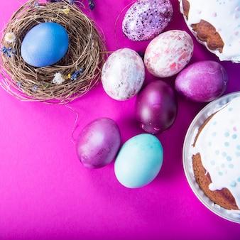 Superfície colorida com ovos de páscoa