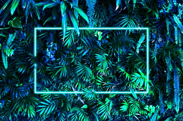 Superfície criativa tropical verde folhas azuis com moldura branca neon.