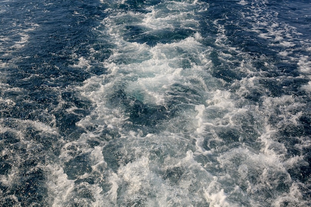Superfície da água atrás de um navio em movimento rápido