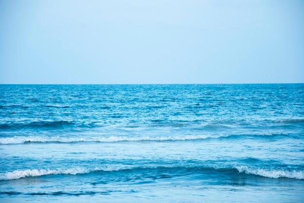 Superfície da água do mar azul no céu