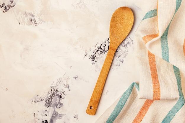 Superfície da cozinha com toalha e utensílios de cozinha