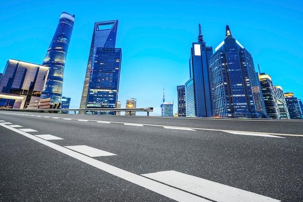 Superfície da estrada e horizonte de paisagem arquitetônica urbana