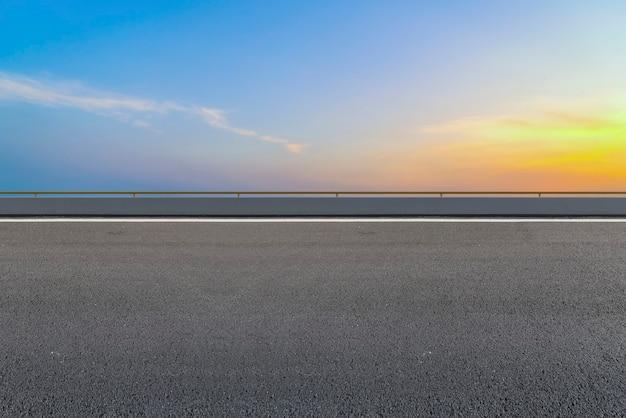 Superfície da estrada e paisagem de nuvens no céu