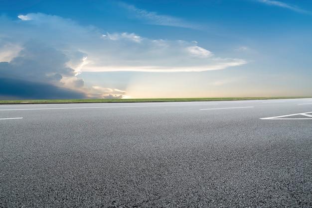 Superfície da estrada e paisagem natural do céu