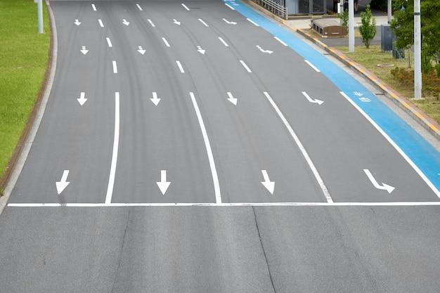 Superfície da estrada no japão é uma maneira direta de ter uma bicicleta. pintado em azul um parque de estacionamento