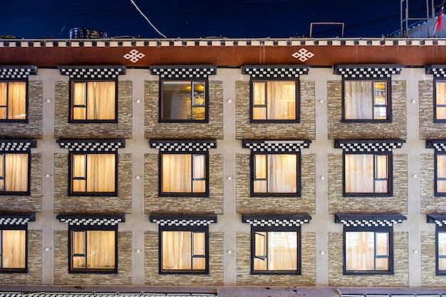 Superfície da janela tradicional chinesa de linhas brilhando no hotel