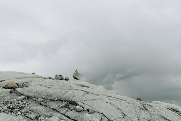 Superfície da montanha rochosa com as pedras no meio do nevoeiro