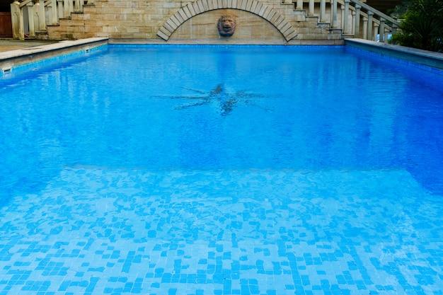 Superfície da piscina azul, fundo da água na piscina.