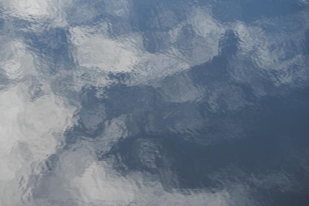 Superfície de água ondulada que se parece com traços de tinta