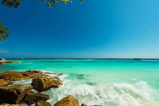 Superfície de água turquesa maravilhosa