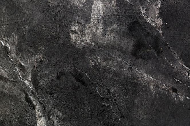 Superfície de ardósia escura com rachaduras