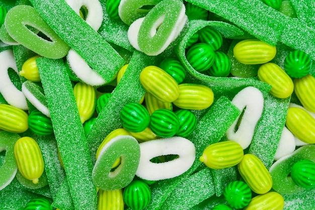 Superfície de balas de goma verdes variadas