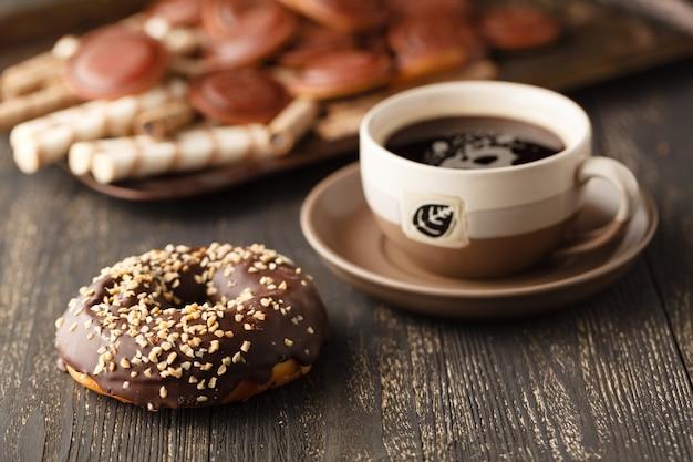 Superfície de chocolates. chocolate. xícara de chocolate quente, limão, nozes e variedade de chocolates finos no escuro e chocolate ao leite na mesa de madeira escura