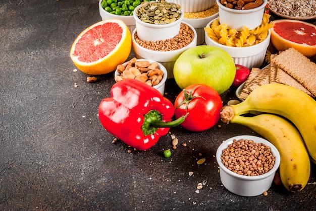 Superfície de comida saudável, produtos de dieta alcalina na moda - frutas, legumes, cereais, nozes.