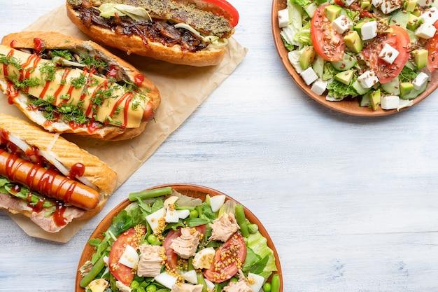 Superfície de comida vista superior com diferentes pratos no prato
