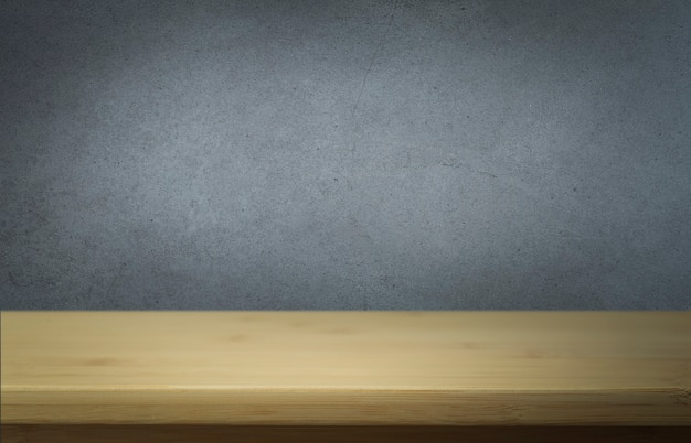 Superfície de concreto com mesa de madeira vazia