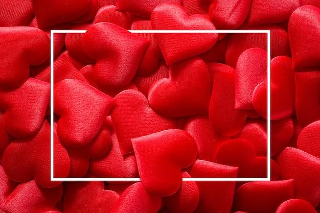 Superfície de corações vermelhos com moldura quadrada para dia dos namorados