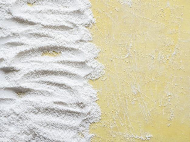 Superfície de cozimento com farinha