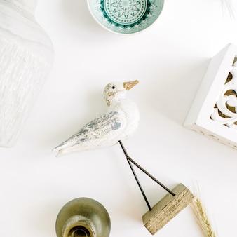 Superfície de decoração de design de interiores moderno com pássaro, prato, castiçal, vaso