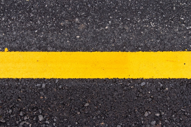 Superfície de estrada de asfalto com linha amarela