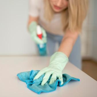 Superfície de limpeza de mulher desfocada