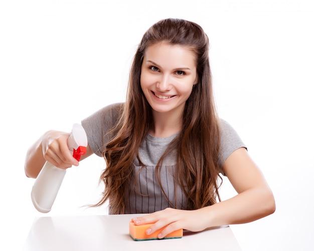 Superfície de limpeza de mulher na cozinha