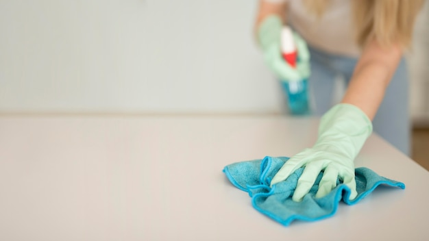 Superfície de limpeza de mulher