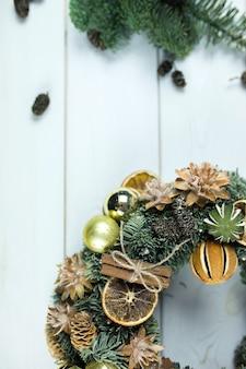 Superfície de madeira de inverno ano novo com decorações de natal
